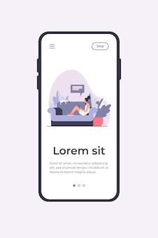 Młoda kobieta siedzi na kanapie z kotem i urządzeniem mobilnym. dziewczyna, rozmowy, ilustracja wektorowa płaski smartphone. szablon aplikacji mobilnej do domu i relaksu