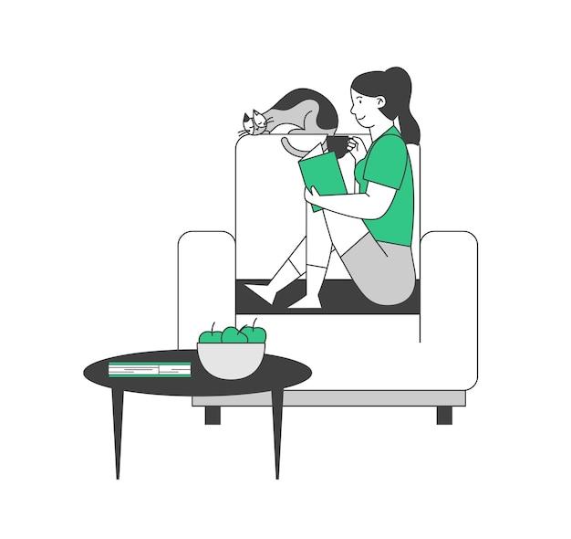 Młoda kobieta siedzi na przytulnym fotelu w domu czytać ciekawą książkę