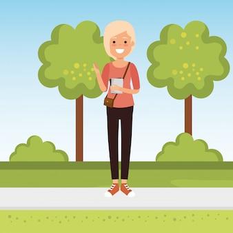 Młoda kobieta studentka w parku