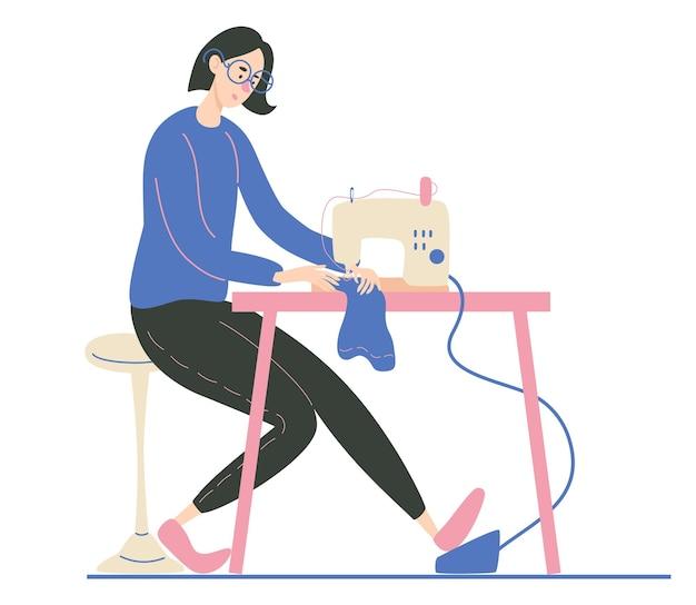 Młoda kobieta szyje na przemysłowej maszynie do szycia projektant mody szwaczka lub szwaczka