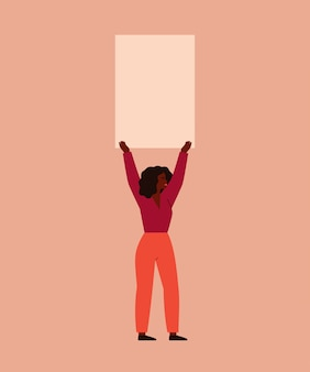 Młoda kobieta trzyma pusty plakat nad głową. protest koncepcyjny i ruch upodmiotowienia kobiety