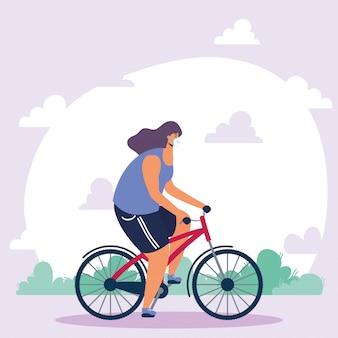Młoda kobieta ubrana w maskę medyczną w rowerze