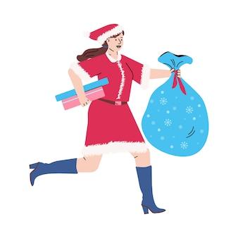 Młoda kobieta w czerwonym stroju bożonarodzeniowym biegnie trzymając pudełka