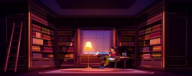 Młoda kobieta w domu pisania w bibliotece z winem