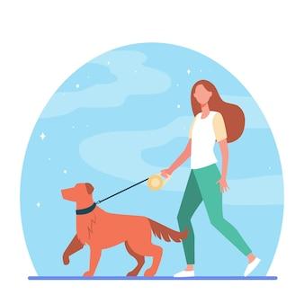 Młoda kobieta wyprowadza psa na smyczy. dziewczyna wiodącego zwierzaka w płaskiej ilustracji parku.