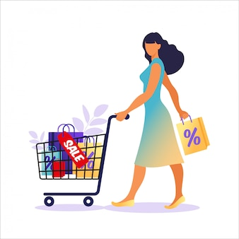 Młoda kobieta z papierowymi torbami idzie ze sprzedażą. koncepcja zakupów online i offline, sprzedaż, rabat.