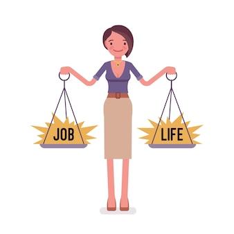 Młoda kobieta z wagą, aby zrównoważyć pracę