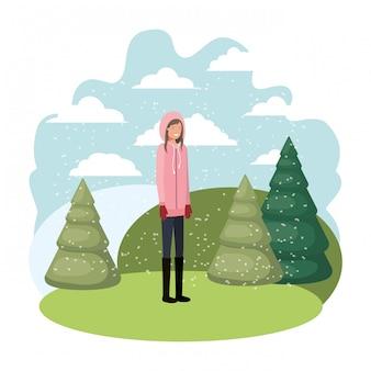 Młoda kobieta z zimowych ubrań i zimowych sosen