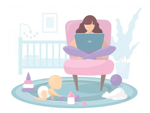 Młoda mama pracująca w domu przy komputerze. dziecko bawi się na podłodze zabawkami i kleksami. kot siedzi na dywanie. w tle łóżko i domowy kwiatek. płaska ilustracja.
