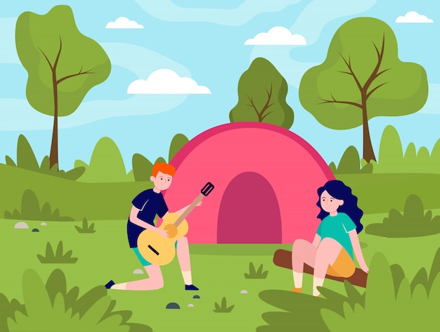 Młoda para camping w lesie