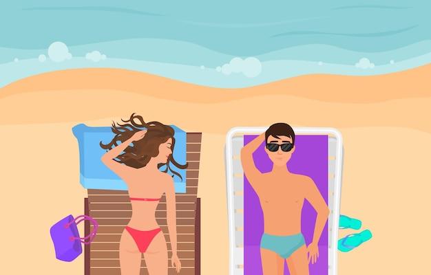 Młoda para na piaszczystej plaży, opalając się, relaksując podróż i odpoczynek, koncepcja