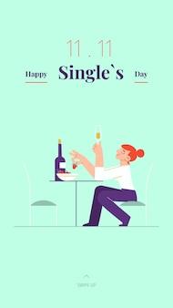 Młoda samotna kobieta świętuje listopadowy dzień singla przy białym winie i truskawkach