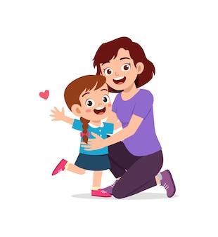 Młoda szczęśliwa matka przytula śliczną małą dziewczynkę