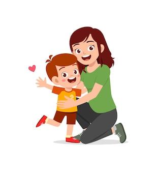 Młoda szczęśliwa matka przytula słodkiego małego chłopca