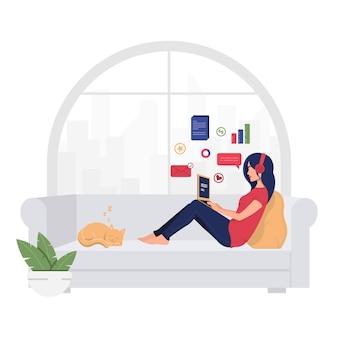 Młoda uśmiechnięta kobieta pracuje w domu na kanapie. tło.