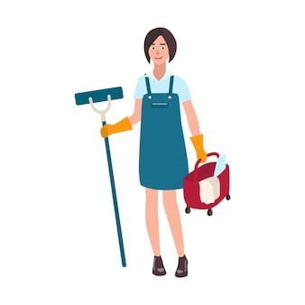 Młoda uśmiechnięta kobieta ubrana w mundur trzymając mop podłogowy i wiadro. kobieta sprzątaczka, pracownik sprzątający lub gospodyni domowa na białym tle. ilustracja wektorowa kreskówka płaski.