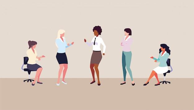 Młode kobiety o różnych pozach