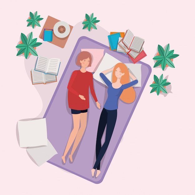 Młode kobiety relaksuje w materac w sypialni