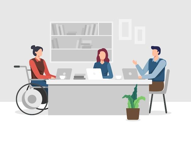 Młode niepełnosprawne kobiety pracują w biurze z zespołem, projekt spotkanie i burza mózgów. młoda kobieta na wózku inwalidzkim pracuje z kolegą.