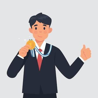 Młody biznesmen pokazuje swój złoty medal