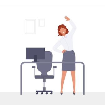 Młody bizneswoman robi ćwiczeniom przy miejscem pracy.