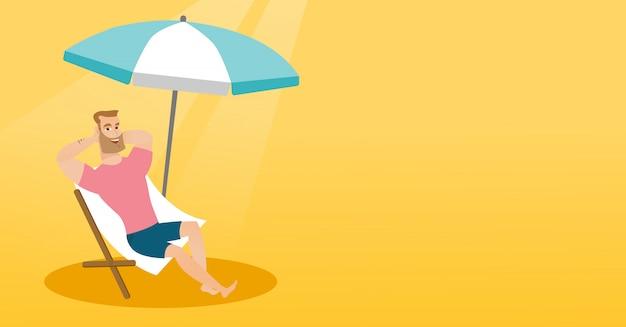 Młody caucasian mężczyzna relaksuje na plażowym krześle.