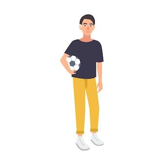 Młody chłopak z upośledzeniem słuchu, trzymając piłkę nożną na białym tle