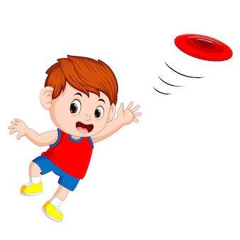 Młody chłopiec bawi się frisbee