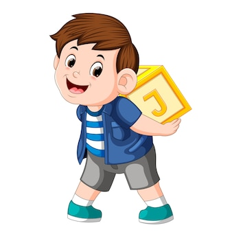 Młody chłopiec gra bloku alfabetu