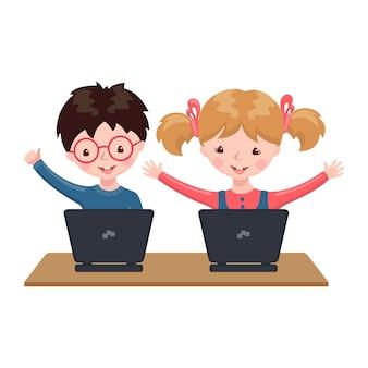 Młody chłopiec i dziewczyny obsiadanie przy stołem i studiowanie przy komputerem w domu.