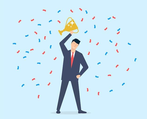 Młody człowiek, biznesmen w garniturze i krawacie, odniósł sukces i odebrał nagrodę.