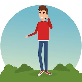 Młody człowiek dzwoni w parku