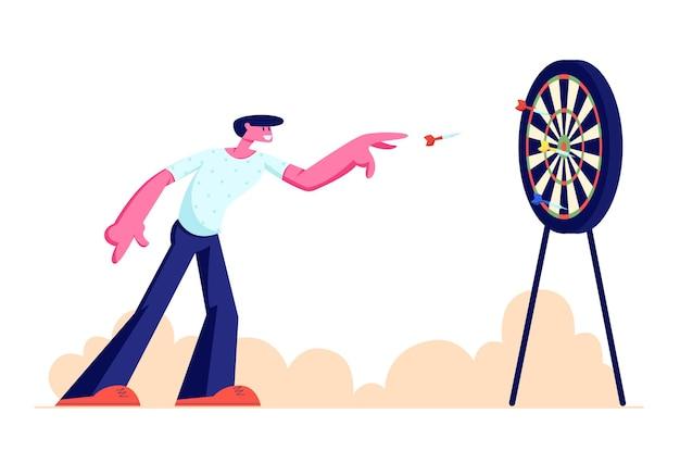 Młody człowiek gra w rzutki na zewnątrz