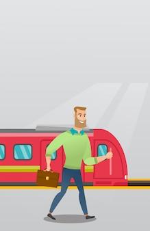 Młody człowiek idzie na peronie kolejowym.