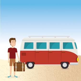 Młody człowiek na plaży z walizką i samochodem