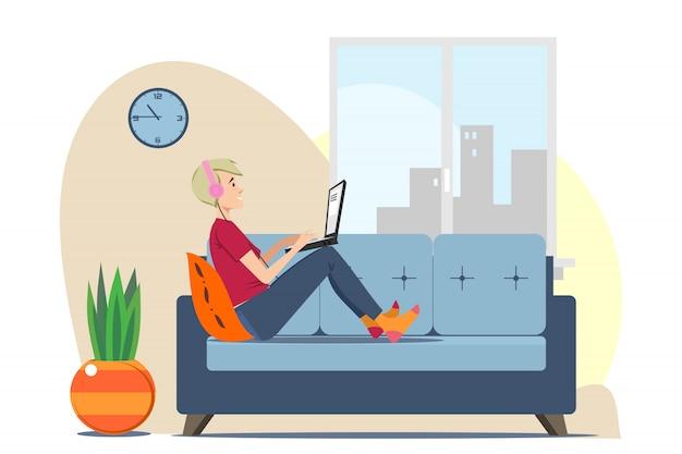 Młody człowiek relaksuje na kanapie w domu z laptopem