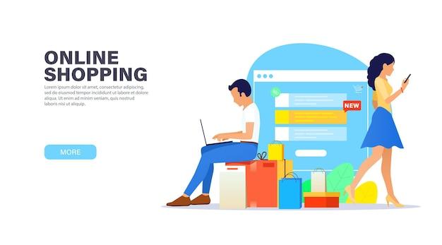 Młody facet z laptopem siedzi na pudełkach zakupów i robi zakupy online