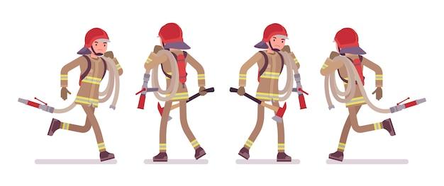 Młody męski strażak biega z wężem elastycznym