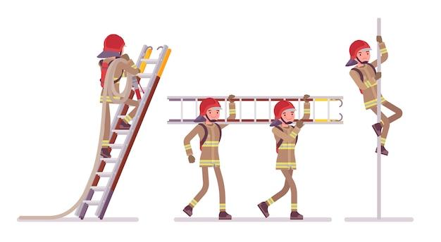 Młody męski strażak przy drabiną i słupem