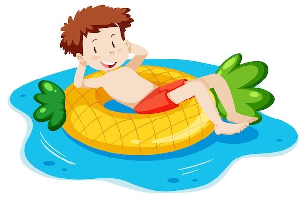 Młody mężczyzna leżący na pierścieniu do pływania na białym tle