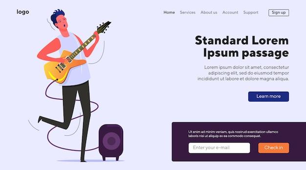Młody muzyk śpiewa i gra na gitarze elektrycznej