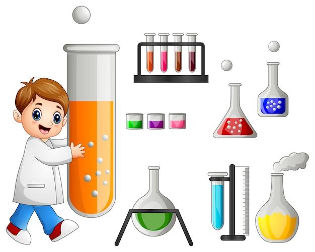 Młody naukowiec trzyma próbnej tubki i laboratorium wyposażenie