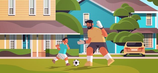 Młody ojciec gra w piłkę nożną z synem na podwórku trawnik rodzicielstwo koncepcja ojcostwa tata spędza czas ze swoim dzieckiem pełnej długości poziomej ilustracji wektorowych