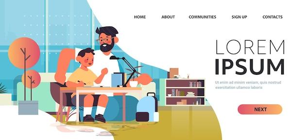 Młody ojciec pomaga synowi odrabiania lekcji rodzicielstwo ojcostwo przyjazna rodzina koncepcja salon wnętrze pełnej długości pozioma kopia przestrzeń ilustracji wektorowych