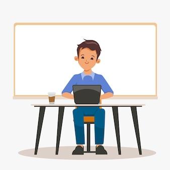 Młody programista biznesmen niezależny pracujący przy biurku z laptopem