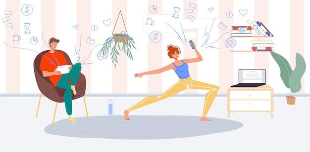 Młody rodzinny poranek. mężczyzna surfuje po internecie, pracuje online, sprawdza pocztę. kobieta trenuje, robi ćwiczenia jogi na rozgrzewkę oglądając film instruktażowy. uzależnienie od sieci społecznościowej para mobilny gadżet