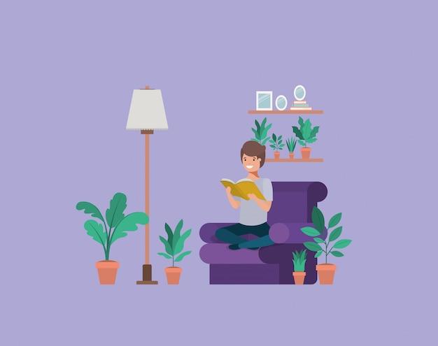 Młody student siedzi czytanie książki w salonie