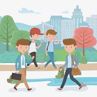 Młodzi chłopcy chodzą za pomocą smartfonów w parku