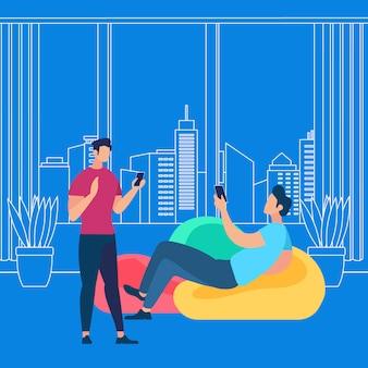 Młodzi faceci komunikują się online za pomocą smartfonów