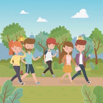 Młodzi ludzie chodzą po parkach